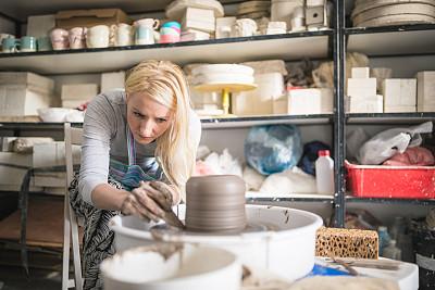 陶工旋盘,美术工作室,青年女人,陶瓷工艺品,热情,培训课,艺术品,仅女人,工艺品,仅一个女人