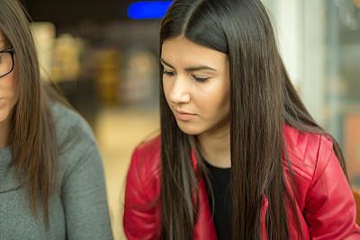 青年女人,注视镜头,咖啡馆,技术,现代,商业金融和工业,拿着,消息,仅女人,仅一个女人