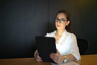 肖像,办公室,女商人,使用平板电脑,电子邮件,专业人员,暗色,技术,25岁到29岁,现代