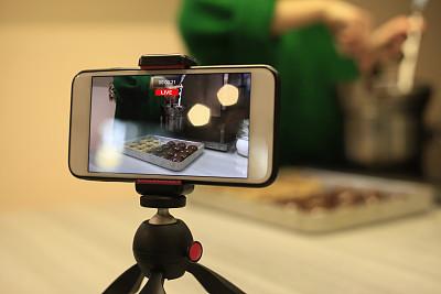 女人,厨房,手机,现代,甜点心,仅女人,仅一个女人,拍摄场景