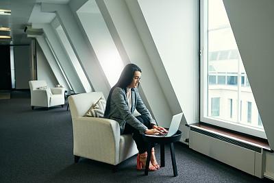 办公室,女人,不明确的地点,专业人员,技术,现代,全身像,仅女人,仅一个女人,使用电脑