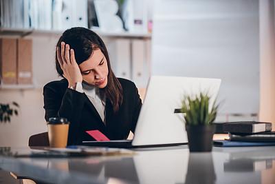 办公室,女商人,专业人员,咖啡杯,技术,一次性杯子,商业金融和工业,仅女人,仅一个女人,使用电脑