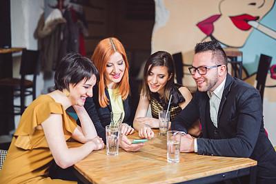 四个人,记忆,餐馆,手机,友谊,鹭管鱼,技术,饮用水,拿着,看