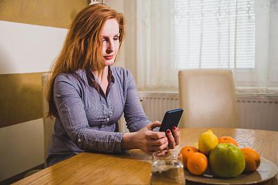 中年女人,手机,家庭生活,技术,拿着,住宅内部,消息,仅女人,仅一个女人,看