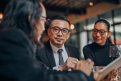 中国人,商务人士,餐馆,会议,技术,现代,金融顾问,商业金融和工业,眼镜,使用电脑