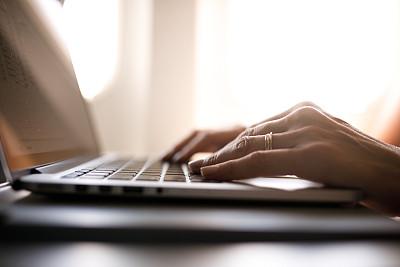 使用手提电脑,特写,女人,机舱座位,在活动中,旅途,交通工具内部,客舱,经济舱,技术