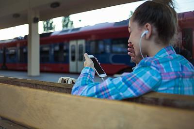 网上冲浪,火车站,旅途,电子邮件,技术,仅青少年,户外,乘客,少女,耳机