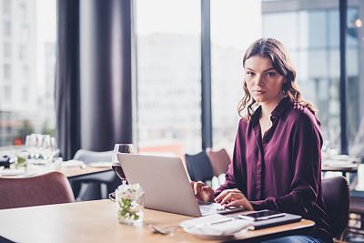 注视镜头,女商人,电子邮件,专业人员,肖像,技术,商业金融和工业,仅女人,仅一个女人,眼镜