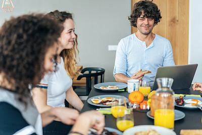 早餐,家庭生活,周末活动,姐妹,兄弟,家庭,技术,现代,16岁到17岁,14岁到15岁