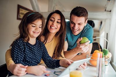 家庭,使用平板电脑,丈夫,妻子,技术,儿童,住宅内部,童年,水果,使用电脑