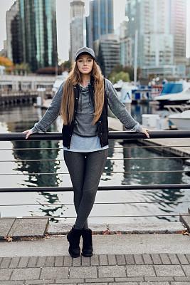秋天,青年女人,温哥华,加拿大文明,舒服,现代,商业金融和工业,户外,建筑,仅女人