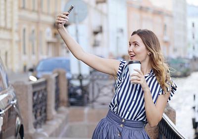 咖啡,电话机,青年女人,自拍,彼得斯堡,咖啡杯,技术,一次性杯子,户外,仅女人