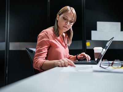 办公室,商务人士,笔记本电脑,平衡折角灯,专业人员,技术,哥伦比亚人,拉美人和西班牙裔人,忙碌,仅女人