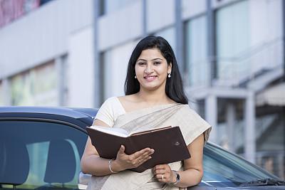 户外,女商人,办公大楼,汽车,华贵,30岁到34岁,肖像,拿着,想法,印度