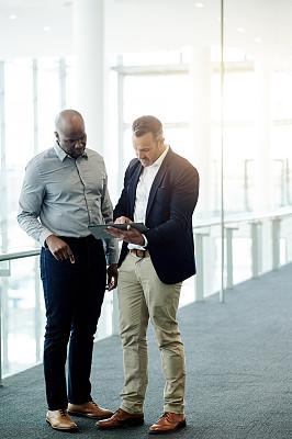无线技术,安全护栏,专业人员,策略,仅男人,技术,拿着,全身像,商务策略,非洲人