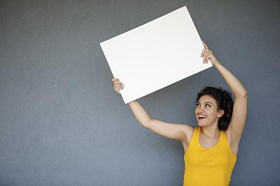 青年女人,拿着,白皮书,彩色背景,女人,波斯尼亚和黑塞哥维那,仅一个女人,青年人,欣喜若狂,灰色背景