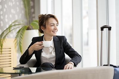 女商人,等,平衡折角灯,候机厅,饮料,商务,中老年女人,咖啡杯,热饮,行李