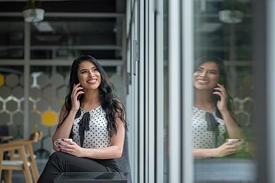 女商人,女性,垂直画幅,透过窗户往外看,仅成年人,都市风景,专业人员,技术,商务,女人