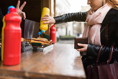 街头食品,青年女人,蛋黄酱,旅途,从容态度,顾客,商业厨房,户外,仅女人,仅一个女人