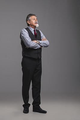 全身像,灰色背景,男商人,双臂交叉,白色人种,活力,老年男人,商务,肖像,一个人