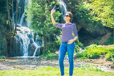 前面,瀑布,青年女人,自拍,技术,户外,仅女人,仅一个女人,拍摄场景,幸福