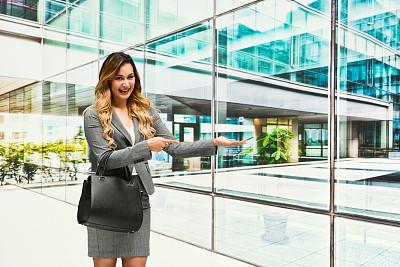 女商人,侧面视角,专业人员,25岁到29岁,现代,商业金融和工业,拉美人和西班牙裔人,裙子,户外,建筑
