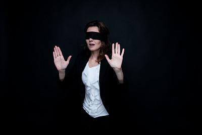 蒙眼罩,女商人,商务,专心,经理,专业人员,暗色,30岁到34岁,恐怖,不关心