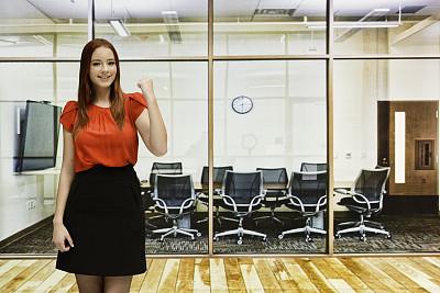 女人,拳头,办公室,正面视角,留白,领导能力,水平画幅,注视镜头,商务会议