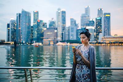 旅行者,青年人,女人,新加坡,现代,收银台,视频会议,留白,休闲活动,夜晚