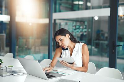 多重任务,专业人员,部分,技术,现代,拉美人和西班牙裔人,仅女人,仅一个女人,办公室,使用电脑
