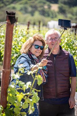 葡萄园,自拍,老年伴侣,老年男人,技术,葡萄酒厂,户外,半身像,拍摄场景,幸福