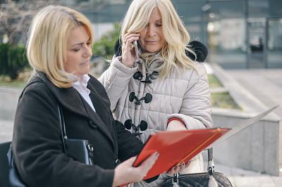 老年女人,两个人,金色头发,成年的,仅成年人,老年人,中老年人,职业,专业人员,商务人士