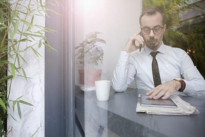 男商人,咖啡店,部分,仅男人,技术,商业金融和工业,中年男人,半身像,智能手机,互联网