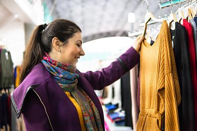 高雅,服装店,女人,周末活动,现代,拿着,顾客,看,幸福,冬衣