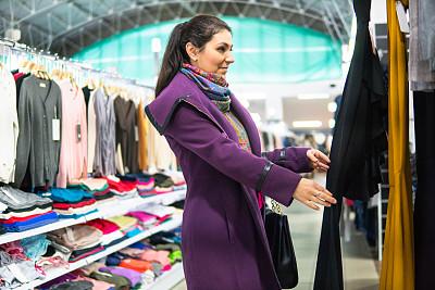 高雅,服装店,女人,成年的,青年人,顾客,青年女人,室内,冬天,紫色