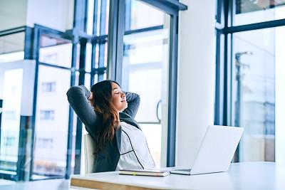专业人员,技术,现代,仅女人,仅一个女人,办公室,使用电脑,看,幸福,使用手提电脑