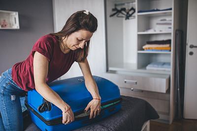 手提箱,青年女人,拥挤的,周末活动,旅途,逃避现实,住宅内部,仅女人,充满的,仅一个女人