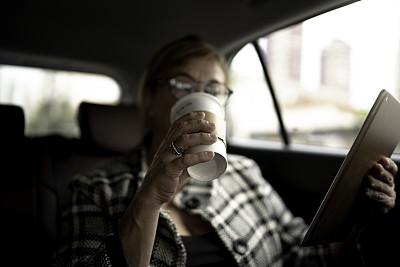 咖啡,女商人,里面,使用平板电脑,在活动中,数字化显示,旅途,汽车内部,汽车,交通