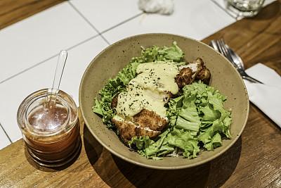 碗,日式炸鸡ぷ排,酸辣→芥末酱,深的,炸肉排,传统,蔬菜,热,清新,香料