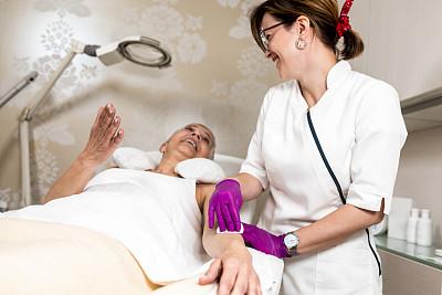 除痣,技术员,糖腌肉,女性,医疗流程,润肤露,中心,老年女人,美容,化妆