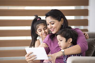 儿童,电影,平板电脑,母亲,姐妹,兄弟,家庭,技术,25岁到29岁,住宅内部