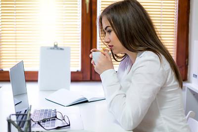 办公室,青年女人,专业人员,咖啡杯,肖像,技术,星期一,商业金融和工业,仅女人,仅一个女人
