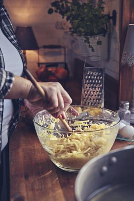土豆薄饼,厨房,准备食物,土豆泥,烤肉餐,蓝莓,餐具,甜点沙司,煎锅,份量