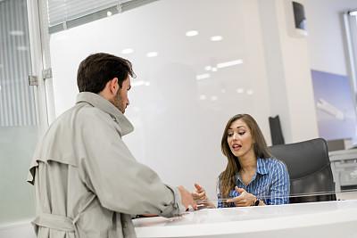 男商人,机场,青年人,登记人,旅游目的地,进出港显示牌,旅途,肖像,商业金融和工业
