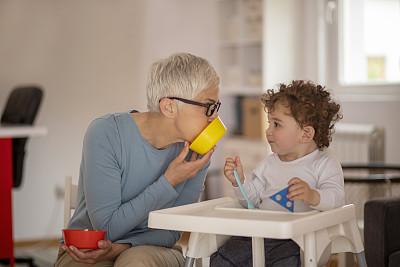 祖母,孙子,家庭,儿童,童年,欢乐,厨房,眼镜,幸福,婴儿食品