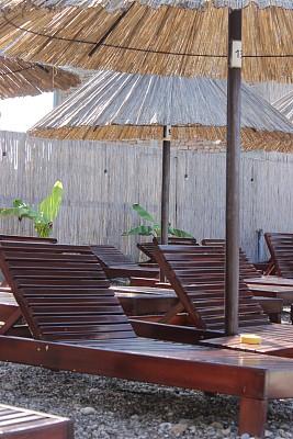 柳条,游泳池,遮阳伞,人,一个人,户外,夏天,褐色,蓝色,木制