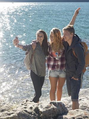 友谊,手机,自拍,提举,湖岸,周末活动,肖像,技术,加拿大落基山脉,户外