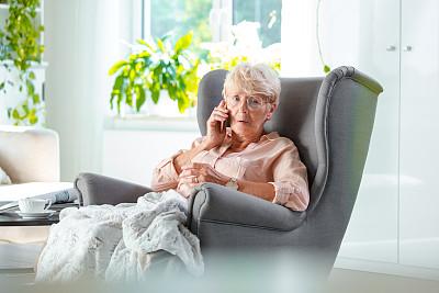 手机,老年女人,衰老过程,灰发,便携式信息设备,房屋,帕金森氏症,70到90岁,仅一个老年女人,老年人