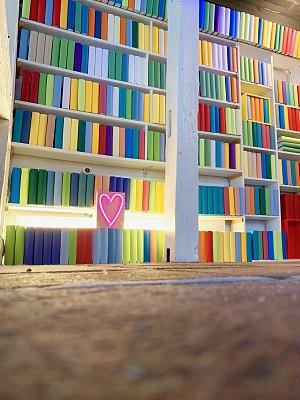 书,不明确的地点,霓虹灯,架子,心型,多色的,拥挤的,精装书,情人节卡,地板