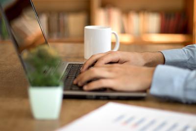 笔记本电脑,男人,电子邮件,土耳其,杯,技术,商业金融和工业,办公室,使用电脑
